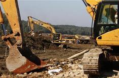 <p>Сооружение плотины для сдерживания утечки токсичных отходов в Колонтаре 10 октября 2010 года. Строительство плотины, которая должна сдержать утечку токсичных отходов из резервуара фабрики по производству глинозема, может быть завершено ко вторнику, сообщили в понедельник венгерские власти. REUTERS/Bernadett Szabo</p>
