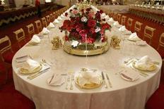 <p>Стол накрыт для банкета в Букингемском дворце в Лондоне 25 июля 2008 года. Королева Елизавета II отменила запланированный рождественский бал в Букингемском дворце, так как посчитала неуместным веселиться во время кризиса, когда обычные британцы потуже затянули пояса. REUTERS/Andrew Winning</p>
