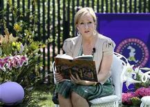 """<p>A autora de """"Harry Potter"""", J.K. Rowling, lê o primeiro livro da série durante evento na Casa Branca, 5 de abril de 2010. REUTERS/Larry Downing</p>"""