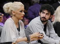 <p>A cantora Christina Aguilera e seu marido, o produtor musical Jordan Bratman, assistem partida de basquete em Los Angeles, 17 de junho de 2010. Aguilera deu entrada na quinta-feira (14 de outubro) em um pedido de divórcio. REUTERS/Lucy Nicholson</p>