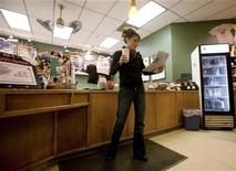 <p>Sarah Palin reads the headlines in the Anchorage Daily News in Wasilla, Alaska, November 4, 2008. REUTERS/Nathaniel Wilder</p>