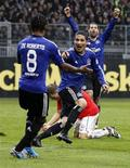 <p>Paolo Guerrero (centro), meia do HSV Hamburgo comemora gol de vitória da equipe. 16/10/2010 REUTERS/Kai Pfaffenbach</p>
