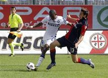<p>Samuel Eto'o do Inter de Milão disputa bola com Davide Astori (dir) do Cagliari. A partida foi interrompida por aproximadamente 3 minutos neste domingo por conta de cantos racistas.17/10/2010 REUTERS/Mario Rosas</p>