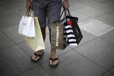 <p>A man carries shopping bags in Santa Monica, California, October 11, 2010. REUTERS/Lucy Nicholson</p>