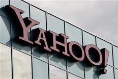 <p>El logo de Yahoo! en una oficina en Burbank, California. Oct 14 2010 La empresa de medios en internet Yahoo Inc reportó un leve crecimiento de sus ingresos en el tercer trimestre, y pronosticó ventas para el cuarto trimestre más débiles de las esperadas, mientras sigue perdiendo cuota de mercado frente a sus rivales. REUTERS/Fred Prouser</p>