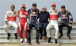 <p>Chefe comercial da F1 Bernie Ecclestone posa com os cinco candidatos ao título da temporada no circuito de Yeongam. 21/10/2010 REUTERS/Bazuki Muhammad</p>