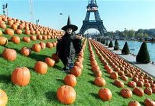 <p>Француз Николя Рамо гляет между 8.000 тыкв в садах Трокадеро в Париже 30 октября 1997 года. Если под весельем вы понимаете вечеринки с призраками, зомби и вампирами, то вы наверняка очень любите Хэллоуин. REUTERS/Charles Platiau</p>