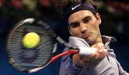<p>O tenista suíço Roger Federer devolve a bola ao alemão Florian Mayer na final do Torneio de Estocolmo, 24 de outubro de 2010. REUTERS/Bob Strong</p>