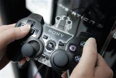 <p>Imagen de archivo de un control de PlayStation 3 en una tienda en Tokio. May 14 2008 Sony dijo el lunes que bajará el precio de su videoconsola portátil PSP Go en Estados Unidos y Japón, de cara al importante periodo de las compras navideñas. REUTERS/Yuriko Nakao/ARCHIVO</p>