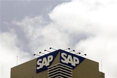<p>L'éditeur allemand de logiciels SAP a réalisé des ventes supérieures aux attentes au troisième trimestre, avec un chiffre d'affaires tiré des logiciels et des services liés aux logiciels (SSRS) en hausse de 20% à 2,32 milliards d'euros contre 2,30 milliards d'euros attendus par les analystes. /Photo d'archives/REUTERS/Punit Paranjpe</p>