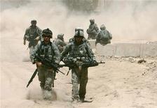 <p>Американские солдаты патрулируют Бакубу 26 июня 2007 года. Вашингтону необходимо расследовать сообщения о том, что американские солдаты убивали мирных жителей в Ираке и игнорировали жестокое обращение с заключенными, сообщила глава ООН по правам человека во вторник. REUTERS/Goran Tomasevic</p>