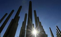 <p>The sun shines through the pillars of a memorial in Hyde Park, in London October 11, 2010. REUTERS/Luke MacGregor</p>