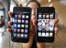 <p>Imagen de archivo de una empleada exhibiendo el iPhone 4 de Apple y el Galaxy S de Samsung Electronics en Seúl. sep 6 2010. Las aplicaciones civiles de internet ahora ofrecen a grupos militantes acceso a inteligencia comparable a lo que los espías del Gobierno pueden obtener, dijo el lunes el jefe de seguridad interna de Israel. REUTERS/Jo Yong-Hak/Archivo</p>