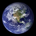 <p>Foto de archivo de la Tierra compilada con una serie de imágenes satelitales realizadas por la NASA. ¿Alguna vez se ha preguntado cómo podría una persona salvar el planeta de los efectos del cambio climático? Un juego de computadora de fabricación británica, cuya versión de prueba fue lanzada el lunes, crea diferentes escenarios para hacer exactamente eso. REUTERS/NASA Goddard Space Flight Center/Handout</p>