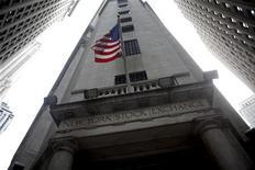 <p>Флаг США на здании Нью-Йоркской фондовой биржи 27 марта 2009 года. В США начинаются промежуточные выборы в Конгресс, и поэтому действия законодателей и администрации президента Барака Обамы попали под пристальное наблюдение инвесторов. REUTERS/Eric Thayer</p>