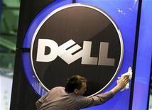 <p>Imagen de archivo de un hombre limpiando un logo de Dell en Alemania. feb 28 2010. Dell, el segundo mayor fabricante de computadoras del mundo, dijo el jueves que sus adquisiciones globales se centrarán a partir de ahora en la expansión geográfica de sus servicios. REUTERS/Thomas Peter/Archivo</p>