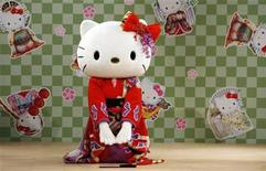 """<p>A performer dressed as a Hello Kitty masot wearing a kimono performs a classical Japanese dance at a event named """"Let's learn Japanese culture with Hello Kitty"""" at Tamagawa Takashimaya shopping center in Tokyo September 2, 2007. REUTERS/Toru Hanai</p>"""