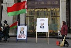 <p>Женщина проходит мимо изображений президента Беларуссии Александра Лукашенко на улице в Минске, 6 октября 2010 года. Нынешняя кампания по выборам президента Белоруссии проходит более открыто и демократичнее предыдущих, хотя по- прежнему далека от европейских стандартов, сказал в четверг глава ведомства канцлера Германии Рональд Пофалла. REUTERS/Vasily Fedosenko</p>