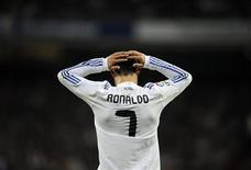 <p>Atacante do Real Madrid Cristiano Ronaldo reage durante partida pelo Campeonato Espanhol: jogador será indenizado por calúnia feita por jornal sobre suposta noitada em Hollywood. REUTERS/Felix Ordonez</p>