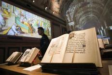 <p>Salão onde livros antigos estão expostos no Braccio Carlo Magno, na Praça São Pedro, no Vaticano. 09/11/2010 REUTERS/Alessandro Bianchi</p>