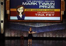 <p>Comediante Tina Fey se apresenta após receber o prêmio Mark Twain de Humor Americano. REUTERS/Larry Downing</p>