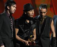 "<p>Banda Camila aceita Grammy Latino de álbum do ano por ""Mientes"" em Las Vegas. 11/11/2010 REUTERS/Mario Anzuoni</p>"