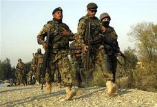 """<p>Армия Афганистана прибывает к месту атаки на аэропорт и базу в Джелалабаде 13 ноября 2010 года. Боевики экстремистского движения """"Талибан"""" атаковали главный аэропорт находящегося на востоке Афганистана города Джелалабад и военную базу коалиционных сил, сообщили присутствовавшие на месте столкновений журналисты Рейтер и полиция. REUTERS/Parwiz</p>"""