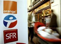 <p>SFR a conquis plus d'un tiers des nouveaux abonnés sur le marché français de la téléphonie fixe au troisième trimestre et fait état d'une quasi-stabilité de ses ventes dans le mobile, signalant sa résistance à l'offensive commerciale récente d'Orange. /Photo d'archives/REUTERS/</p>