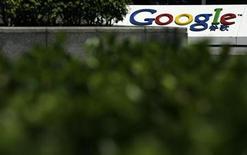 <p>Google a signé un protocole d'accord avec Hachette Livre portant sur la numérisation des livres non réédités du premier éditeur français. /Photo d'archives/REUTERS/Bobby Yip</p>