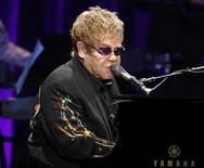 <p>Imagen de archivo del cantante Elton John, durante un show en Hollywood. Nov 3 2010 La Comisión Europea ordenó a Italia reponer los 720.000 euros (1 millón de dólares) utilizados por autoridades locales para pagar un concierto del cantante británico Elton John el año pasado, dijo el viernes un portavoz del organismo. REUTERS/Fred Prouser/ARCHIVO</p>