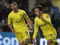 <p>Guiseppe Rossi (à dir.), do Villarreal, comemora ao lado do colega Marco Ruben depois de marcar contra o Valencia no estádio Madrigal, Villarreal, 20 de novembro de 2010. REUTERS/Heino Kalis</p>