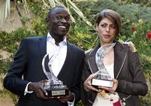 <p>O queniano David Rudisha e a croata Blanka Vlasic posam com seus troféus de atletas do ano, concedidos pela Associação Internacional das Federações de Atletismo (IAAF), em Monte Carlo, 21 de novembro de 2010. REUTERS/Eric Gaillard</p>