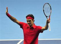 <p>Роджер Федерер после победы над Давидом Феррером в матче итогового турнира года ATP в Лондоне 21 ноября 2010 года. Роджер Федерер и Энди Маррей одержали победы в первых матчах итогового турнира года ATP, проходящего в Лондоне. REUTERS/Toby Melville</p>