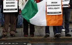 <p>Люди участвуют в демонстрации в Дублине 22 ноября 2010 года. Ирландии предстоят две недели напряженных политических маневров, так как правительство бросило вызов попыткам оппозиции заблокировать принятие сокращенного бюджета, от которого зависит многомиллиардная помощь Евросоюза и Международного валютного фонда. REUTERS/Cathal McNaughton</p>