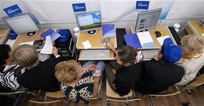 <p>Студенты работают в компьютерном классе в гимназии во Владивостоке, 28 сентября 2010 года. Открытая регистрация в русскоязычной доменной зоне интернета вопреки прогнозам Координационного центра доменов .ru/.рф обернулась попыткой киберсквоттинга, и с завтрашнего дня центр замораживает все домены в зоне .рф, купленные и выставленные на аукцион регистратором Ru-Center. REUTERS/Yuri Maltsev</p>