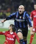 <p>Cambiasso comemora gol em vitória da Inter de MilÃo sobre o Twente por 1 x 0. REUTERS/Paolo Bona</p>