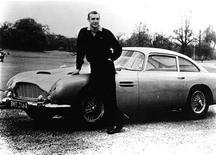 """<p>Шон Коннери стоит рядом с Aston Martin из фильма """"Голдфингер"""" в 1964 году. Пистолет, который использовался в рекламном постере фильма о Джеймсе Бонде """"Из России с любовью"""", был продан аукционным домом Christie's в Лондоне за $439.000, что в 15 раз превысило самые смелые прогнозы.</p>"""