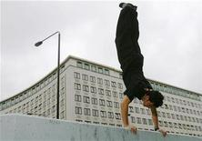 <p>A man demonstrates free-running moves in London August 27, 2008. REUTERS/Luke MacGregor</p>