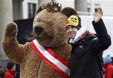 <p>O novo campeão mundial de F1, Sebastian Vettel, agradou milhares de fãs neste sábado, quando queimou os pneus de sua Red Bull em uma demonstração diante do icônico Portão de Brandenburgo. REUTERS/Fabrizio Bensch</p>