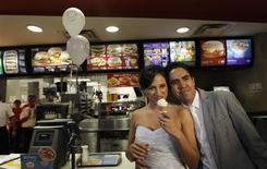 <p>Un couple de Mexicains adeptes de restauration rapide, Carlos Munoz et Marisela Matienzo, se sont dit oui dans un McDonald's d'un quartier chic de Monterrey, dans le nord du Mexique. Selon la branche locale de McDonald's, il s'agissait de la première noce organisée dans un de ses restaurants en Amérique latine. /Photo prise le 26 novembre 2010/REUTERS/Tomas Bravo</p>