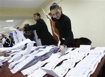 <p>Сотрудники избирательной комиссии подсчитывают голоса на избирательном участке в Кишиневе 28 ноября 2010 года. Попытка Молдавии разрешить политический кризис досрочными парламентскими выборами не увенчалась успехом - результаты воскресного голосования не изменили расклад политических сил. REUTERS/Gleb Garanich</p>
