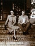 <p>Фотография Эдуарда VIII и Уоллис Симпсон. Инкрустированный бриллиантами и камнями оникса браслет, принадлежащий Уоллис Симпсон, ради которой король Великобритании Эдуард VIII отрекся от престола, ушел с молотка Sotheby's за рекордные для дома Cartier 4,5 миллиона фунтов стерлингов ($7 миллионов). REUTERS/Max Rossi</p>