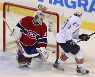 <p>Edmonton Oilers Dustin Penner (27) scores on Montreal Canadiens goalie Carey Price during overtime NHL hockey action in Montreal, December 1, 2010. REUTERS/Christinne Muschi</p>