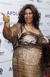 """<p>Foto de archivo de la cantante Aretha Franklin a su llegada a la temporada de premios y conciertos primaverales del teatro Apollo en Nueva York, jun 14 2010. Franklin tenía previsto someterse el jueves a una cirugía por razones no reveladas, dijo una funcionaria del ayuntamiento de Detroit quien organizó una vigilia para la """"Reina del Soul"""". REUTERS/Natalie Behring</p>"""