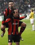 <p>Theofanis Gekas (abaixo) do Eintracht Frankfurt comemora gol de pênalti contra o Mainz 05 com Georgios Tzavelas. O Eintracht Frankfurt venceu em casa por 2 x 1 no sábado e deixou os visitantes a sete pontos do topo da tabela. 04/12/2010 REUTERS/Kai Pfaffenbach</p>