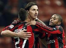 <p>Zlatan Ibrahimovic (centro) do Milan comemora com Kevin-Prince Boateng (esq) e Robinho depois de marcar o terceiro gol contra o Brescia. O Milan reforçou o seu favoritismo ao título do Campeonato Italiano com a vitória em casa por 3 x 0 no sábado. 04/12/2010 REUTERS/Alessandro Garofalo</p>