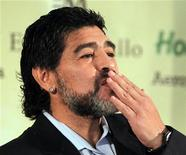 <p>Former Argentina's national soccer team coach Diego Maradona blows kisses as he arrives to read a statement in Buenos Aires July 28, 2010. REUTERS/Enrique Marcarian</p>