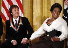 <p>Paul McCartney e Oprah Winfrey ouvem os comentários do presidente Barack Obama na recepção dos homenageados do Kennedy Center, na Casa Branca em Washington. 05/12/2010 REUTERS/Kevin Lamarque</p>