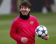 <p>Lionel Messi do Barcelona durante sessão de treino. O atual vencedor disputará o prêmio Bola de Ouro da Fifa de 2010 com os espanhóis campeões do mundo Xavi e Andrés Iniesta. 06/12/2010 REUTERS/Gustau Nacarino</p>