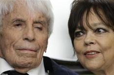 <p>L'acteur et chanteur allemand Johannes Heesters a décidé d'arrêter de fumer, à l'âge de 107 ans, par amour pour sa femme, l'actrice allemande Simone Rethel, 61 ans. /Photo d'archives/REUTERS/Michaela Rehle</p>